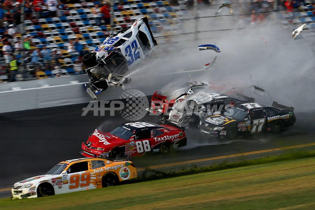 NASCARでクラッシュ、フェンス破損で観客が負傷