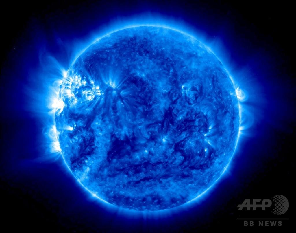 観測衛星が捉えた「青い太陽」、...