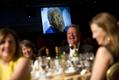 オバマ米大統領がロムニー氏を「さっと料理」、軽妙ジョークでアピール