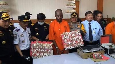 動画:胃袋の中から薬物1キロ以上、バリでタンザニア人を逮捕