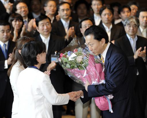 「まるで回転ドア」、日本を後退させる頻繁な首相交代劇