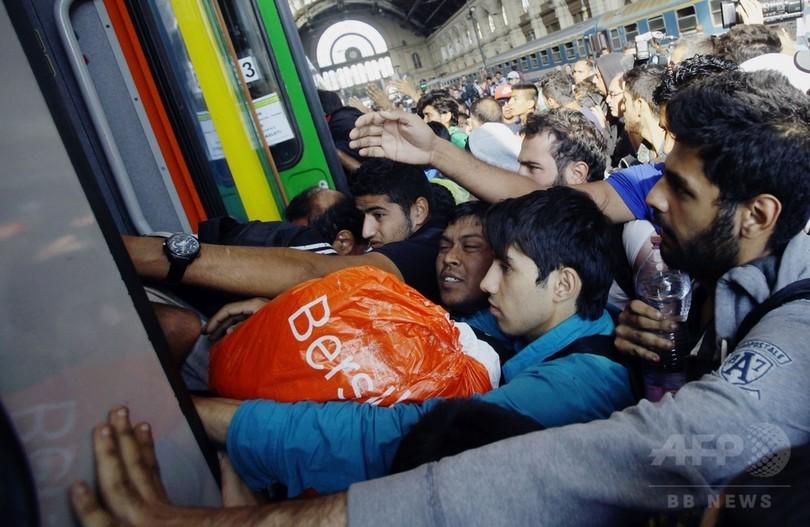 「だまされた」、ハンガリー駅で大混乱 強制下車に移民ら激怒
