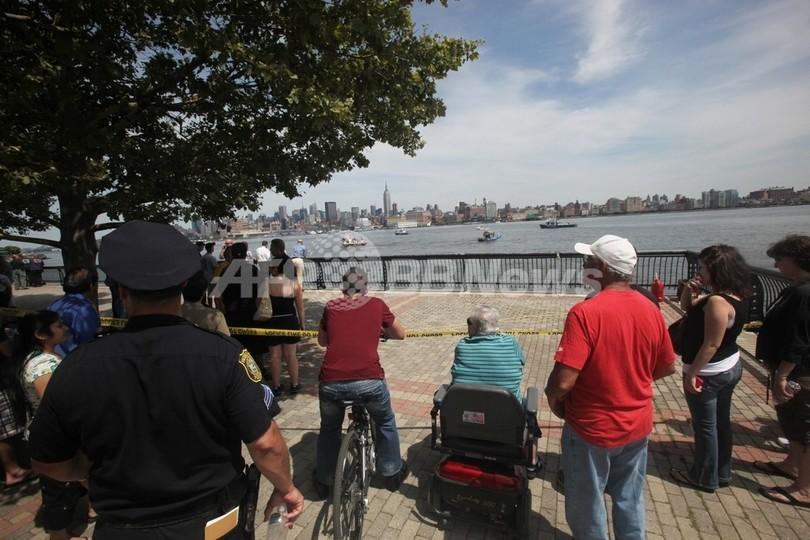 米NYで遊覧ヘリと小型機が衝突、墜落 9人死亡か