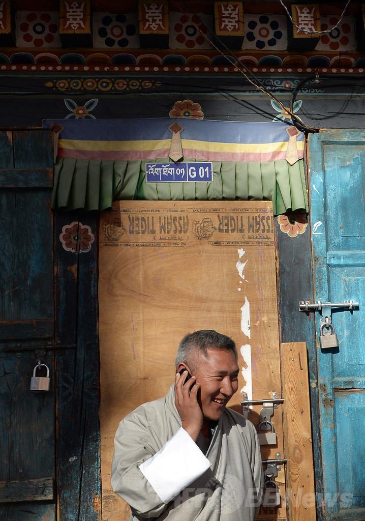封建時代から一気に現代へ、ブータンを変える携帯電話