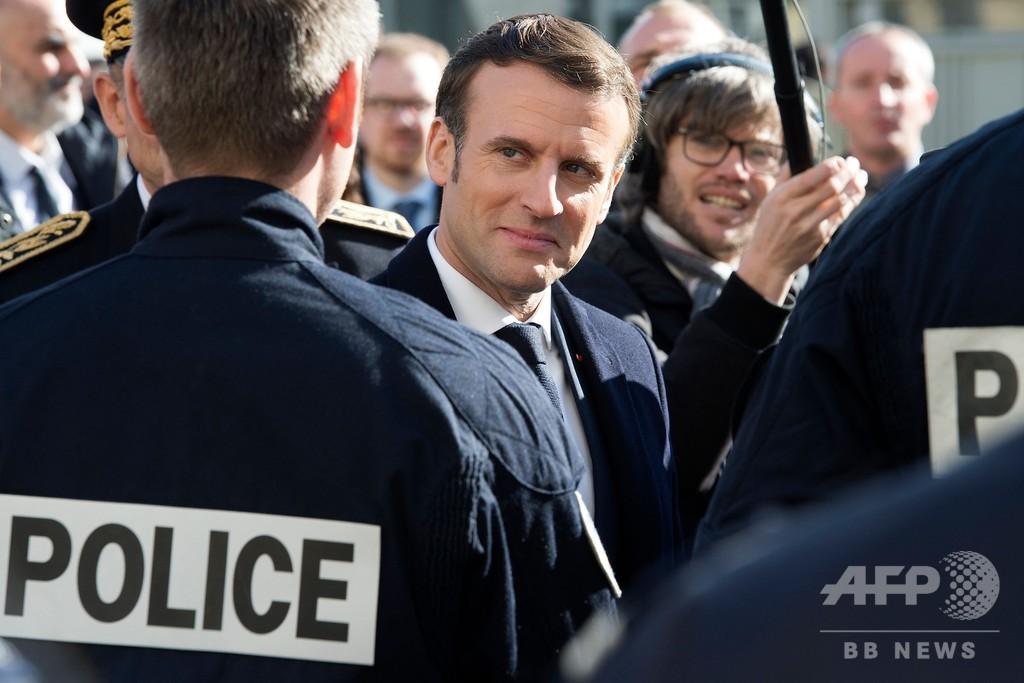 マクロン仏大統領「ニカブ禁止法」をスルー、極右の非難の的に