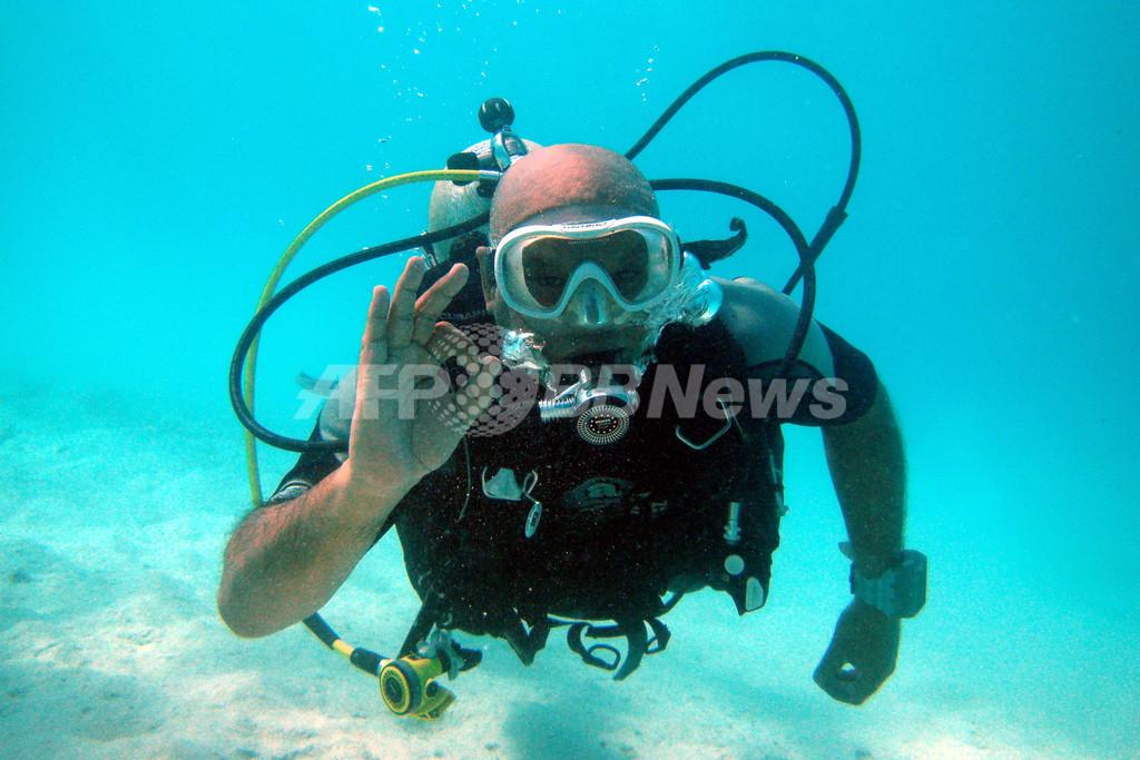 「海中閣議」を前にスキューバダイビングを練習する閣僚ら、モルディブ