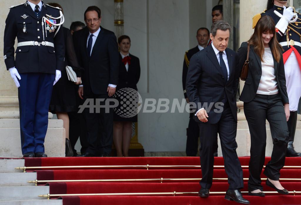 前仏大統領夫人、新曲で現大統領に復讐?「品のないペンギン」と歌う