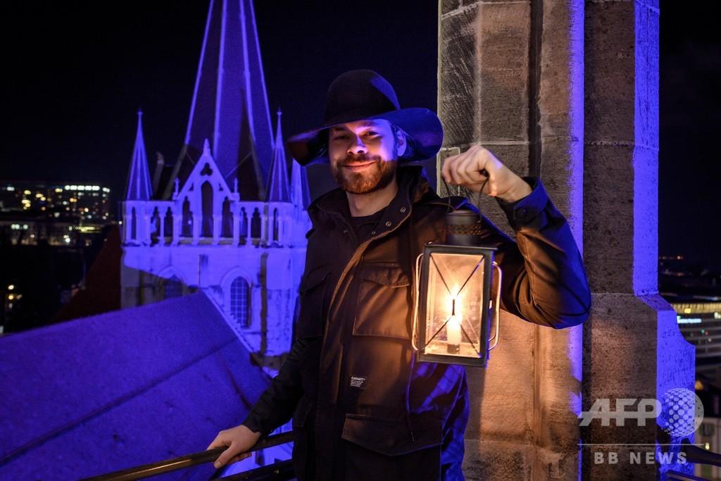 スイスの大聖堂で600年続く伝統、肉声で時を告げる夜警