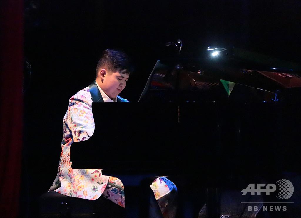 R・クレイダーマン氏と共演も、母子で苦難乗り越えた自閉症のピアニスト