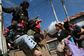 スマトラ島のシナブン山が噴火、住民多数が避難 インドネシア