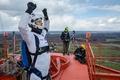 世界初、ドローンからスカイダイビング ラトビア
