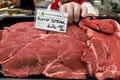 豪メルボルン郊外の精肉店に並べられた同国産のランプステーキ肉(2020年5月12日撮影)。(c)William WEST / AFP