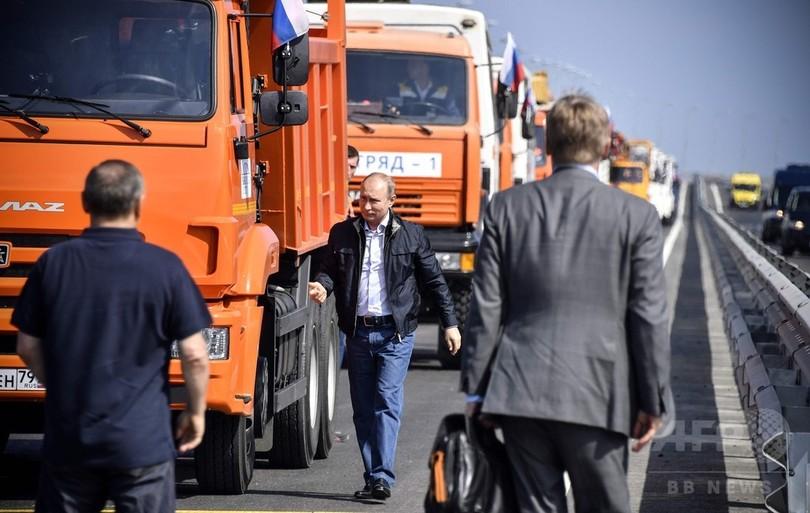 クリミア橋開通、プーチン大統領が自らトラック運転し通行