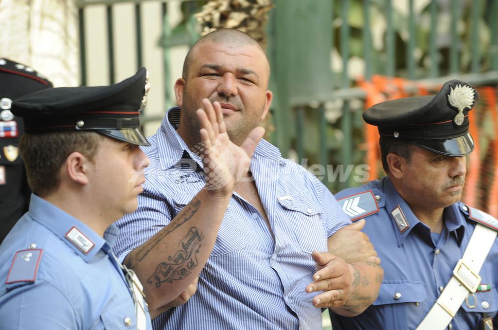 ナポリ警察、マフィアを一斉取り締まり 64人逮捕
