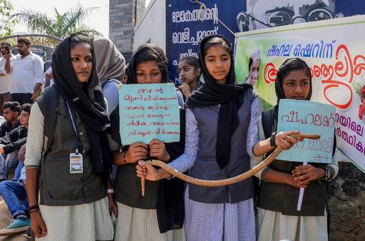 授業中に毒ヘビにかまれ女子生徒死亡、対応誤った教師に抗議 インド