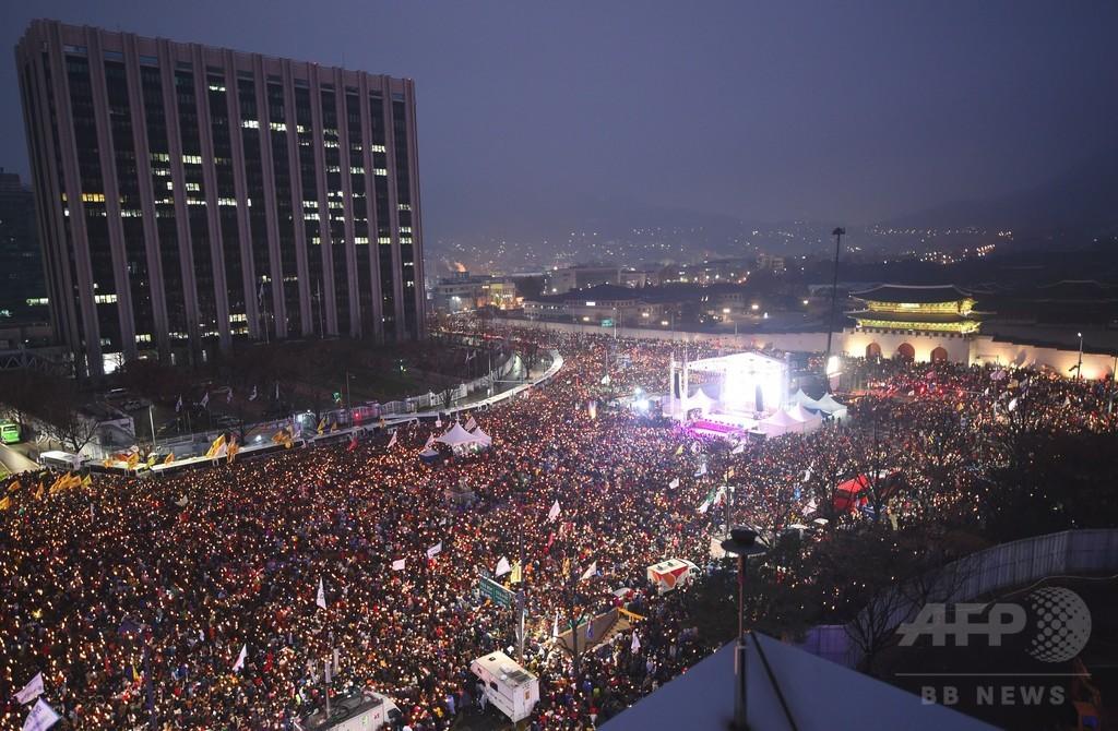 韓国ソウルの抗議デモ、最大規模に ろうそくともして朴氏退陣求める