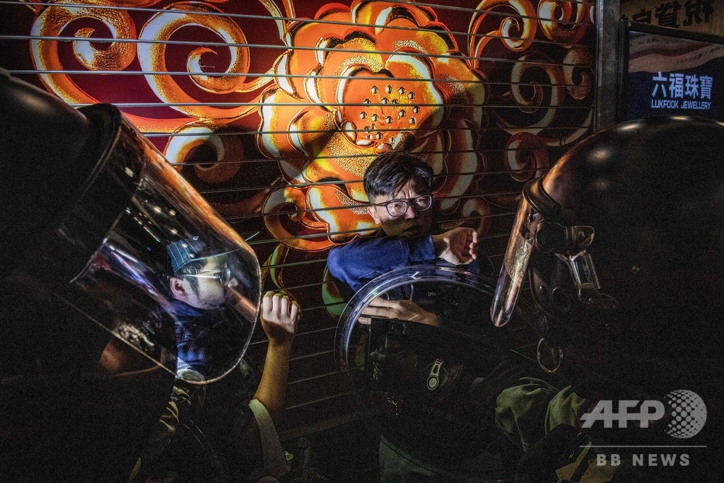 「初心忘れるな」 香港で再びデモ、警察が催涙弾
