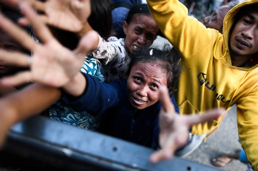 「食べ物と水を」 スラウェシ島地震、被災者憔悴 死者1374人に