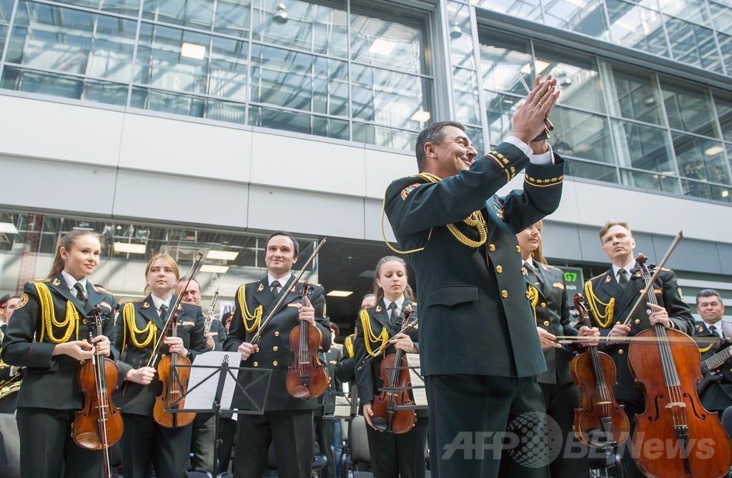 7空港で「歓喜の歌」同時生演奏、政変犠牲者を追悼 ウクライナ