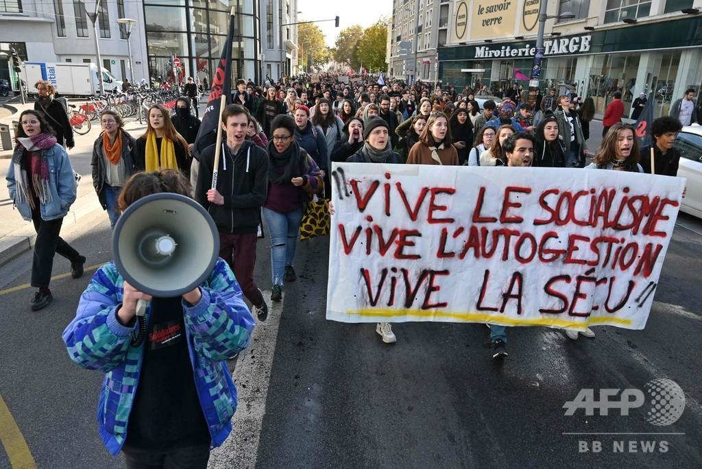 仏大学で苦学生が焼身自殺図る、世論はマクロン政権に怒り