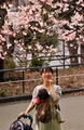 春到来、開花した桜を楽しむ人々 都内