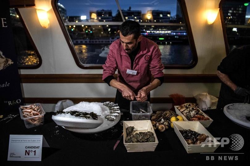 船上でカキの殻むき大会、優勝はレストラン店員 仏パリ