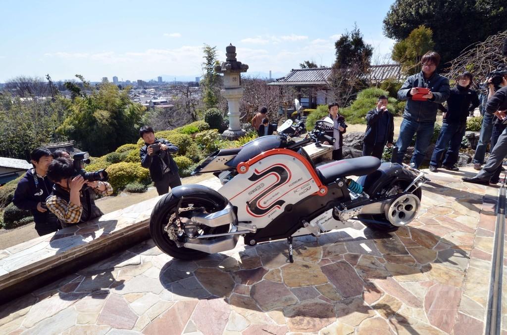 日本製の電動オートバイ「zecOO」、都内でお披露目