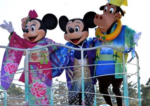 ミッキ―も和装であいさつ、東京ディズニーランドでお正月パレード