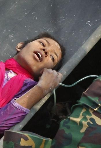 ビル崩壊現場から女性救出、事故から17日目 バングラデシュ