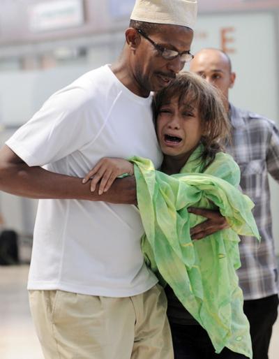 イエメン航空機墜落事故 遺体に囲まれ泳ぐ14歳少女を救出