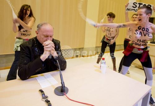 女性権利団体FEMEN、トップレスでホモフォビアに抗議