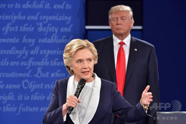トランプ氏がすぐ背後に… クリントン氏、討論会での「奇行」語る