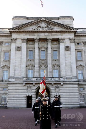 英海軍がバッキンガム宮殿の警護...