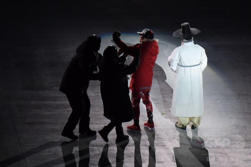 平昌五輪開会式に侵入者、パフォーマーに近づくも警備員に取り押さえられる