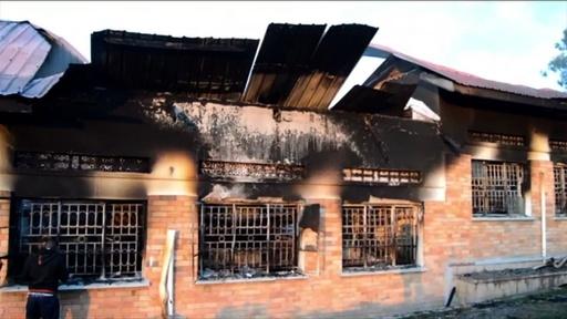 動画:ウガンダの学校寮で火災、少年11人死亡 就寝中に被災