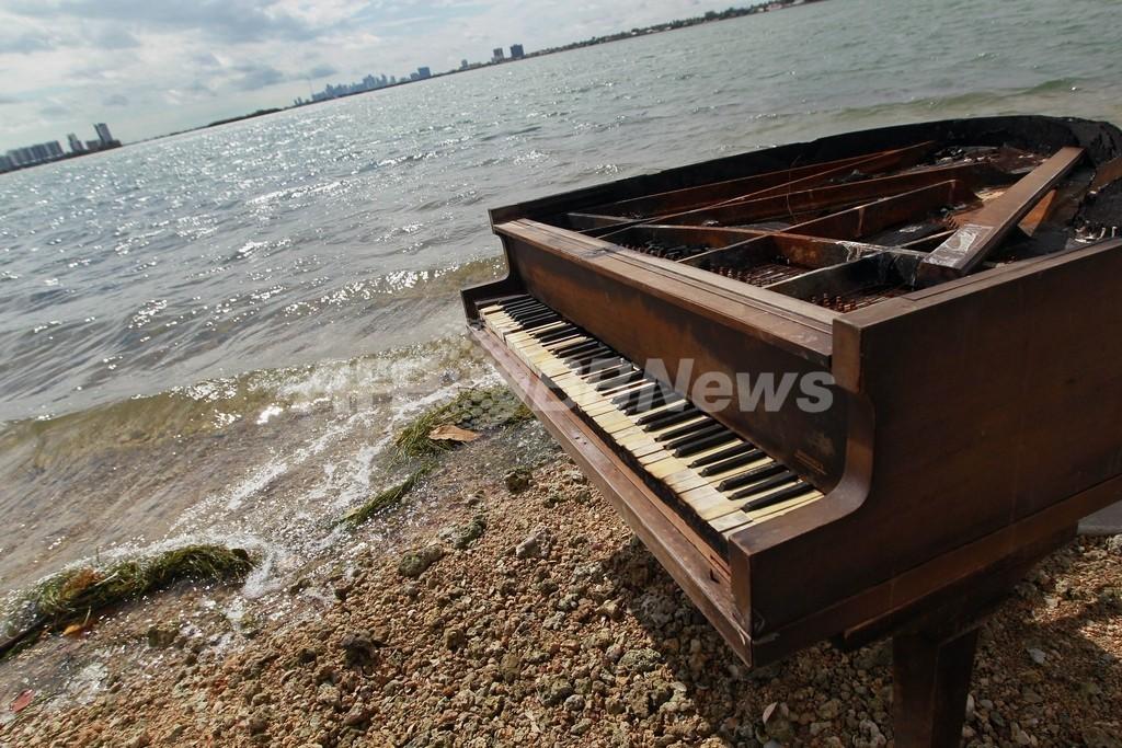 マイアミの砂州に謎のグランドピアノ出現