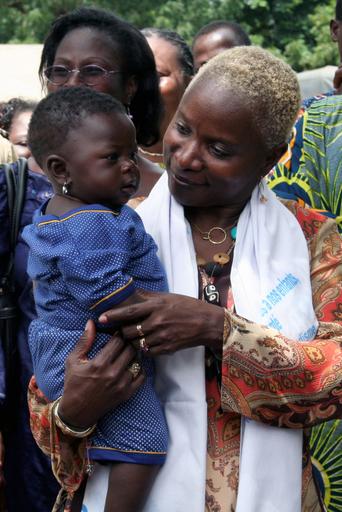 ユニセフ親善大使の歌手アンジェリーク・キジョー、ベナンで女児の就学促進キャンペーン