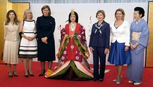 G8首脳夫人、茶会出席や十二単着付け見学で日本文化を堪能