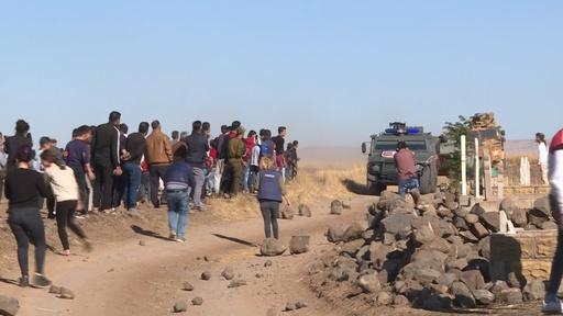 動画:シリアのクルド人、パトロール中のトルコ軍の車列に投石