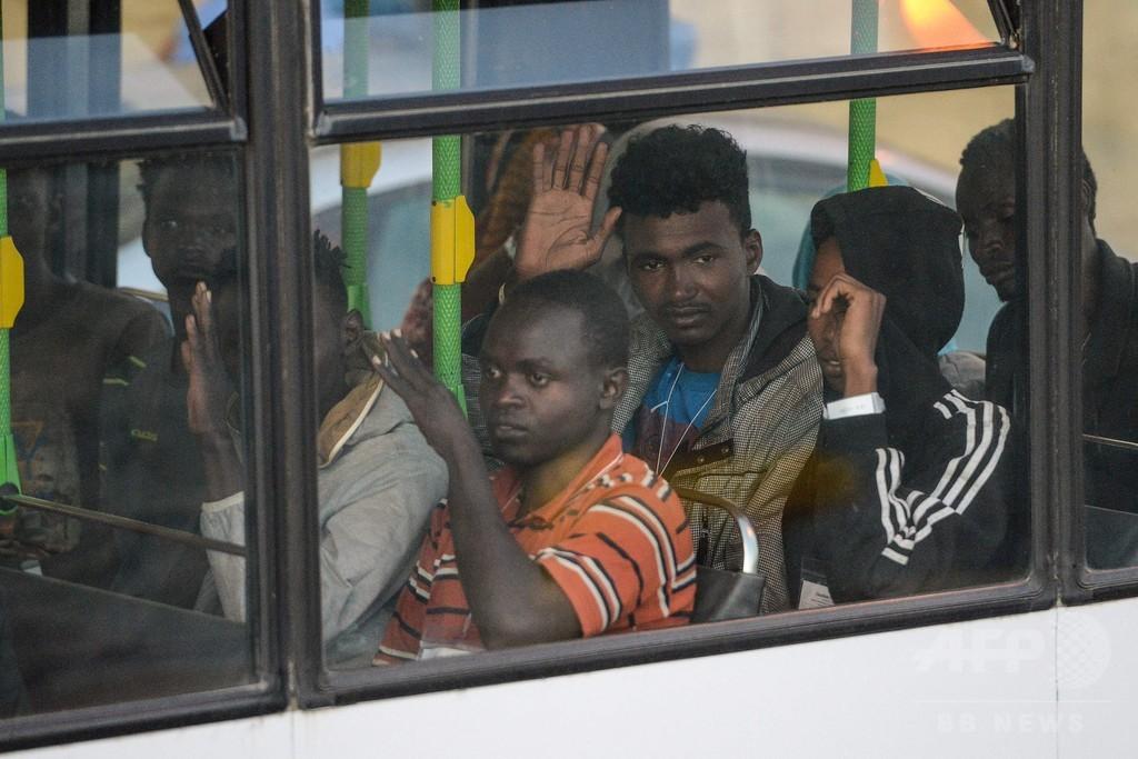 洋上で待機の移民救助船、ようやくマルタに入港 受け入れ合意受け