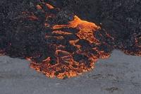 溶岩を噴き上げるバルダルブンガ山、アイスランド