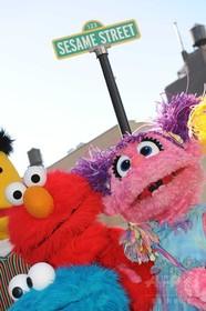 「セサミストリート」に新マペット、自閉症をテーマに