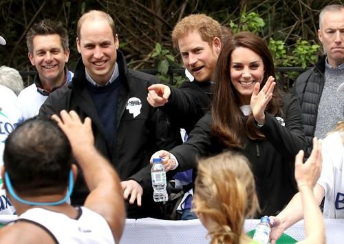 英王子2人とキャサリン妃が給水係に、ロンドン・マラソン