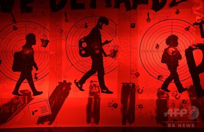 米高校銃乱射の犠牲者追悼、ロサンゼルスで展示会