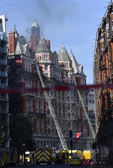 ロンドン中心部の高級ホテルで火災 消防車20台出動