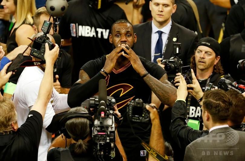 15年目を迎えたレブロン「NBAで息子にファウルするまで」現役に色気