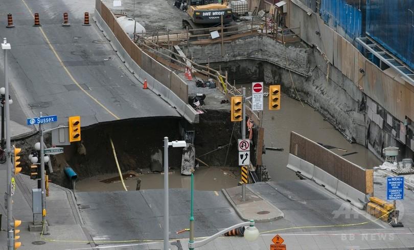 カナダ首都中心部に巨大陥没穴 周辺施設に避難措置