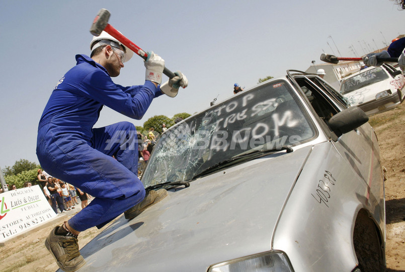 「破壊セラピー」、ハンマーで自動車や家電を破壊 スペイン