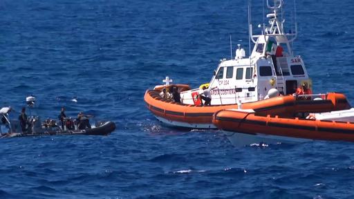 救助船に足止めされていた移民83人、伊ランペドゥーサ島に上陸 司法当局が命令