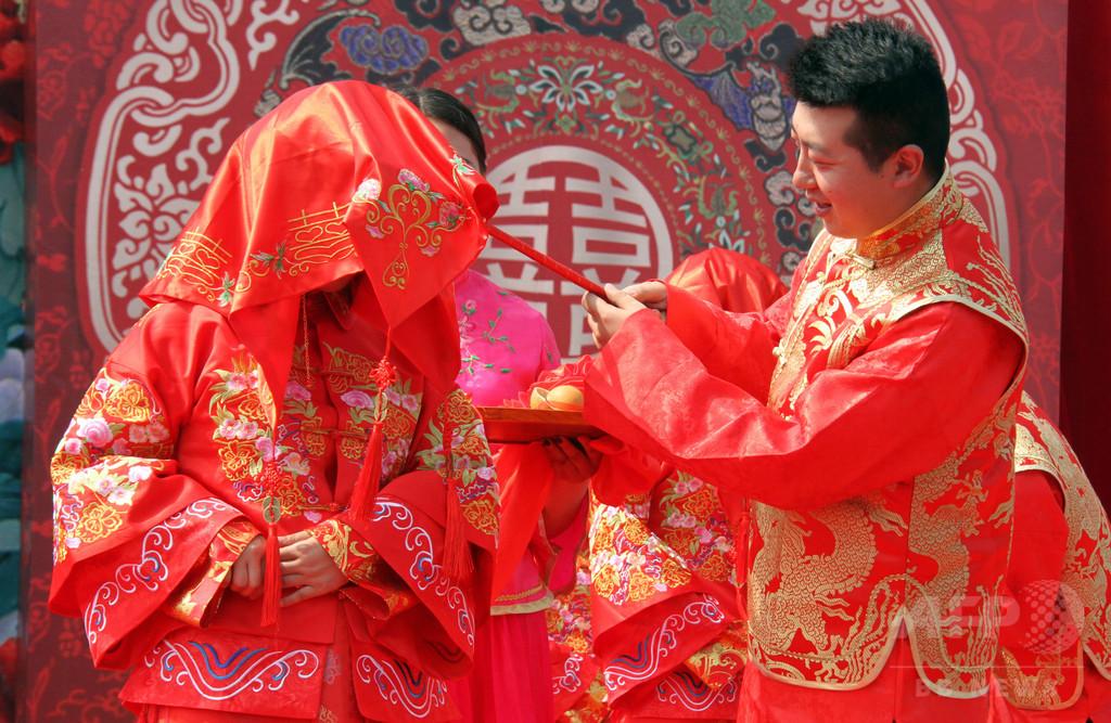 義父が新婦にキス? 中国で結婚式盛り上げる風習がエスカレート、批判続出